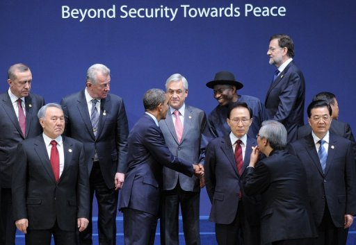 Goodluck Jonathan and Barack Obama shake hands, 27.03.2012
