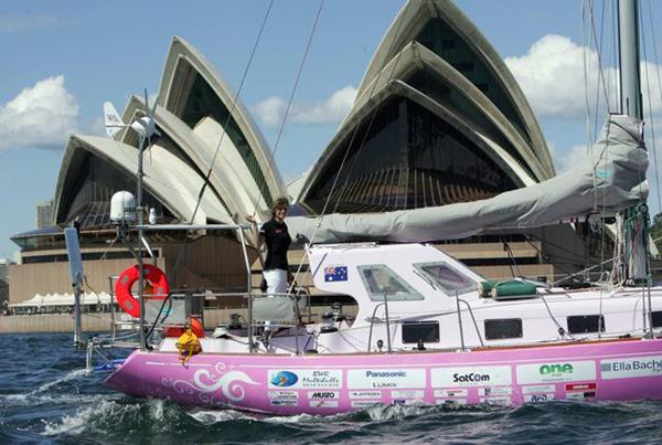 Jessica Watson sets sail